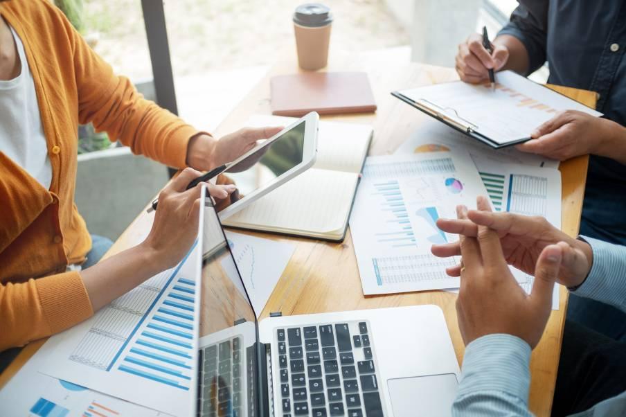 Equipe travaillant à améliorer son business ecommerce