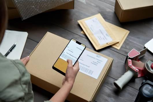 Scan Smartphone d'étiquette pour l'expédition, livraison et logistique