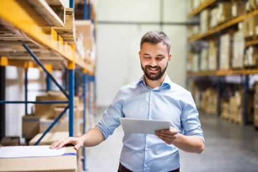 Entrepôt de stockage Octopia durant un inventaire sur tablette numérique