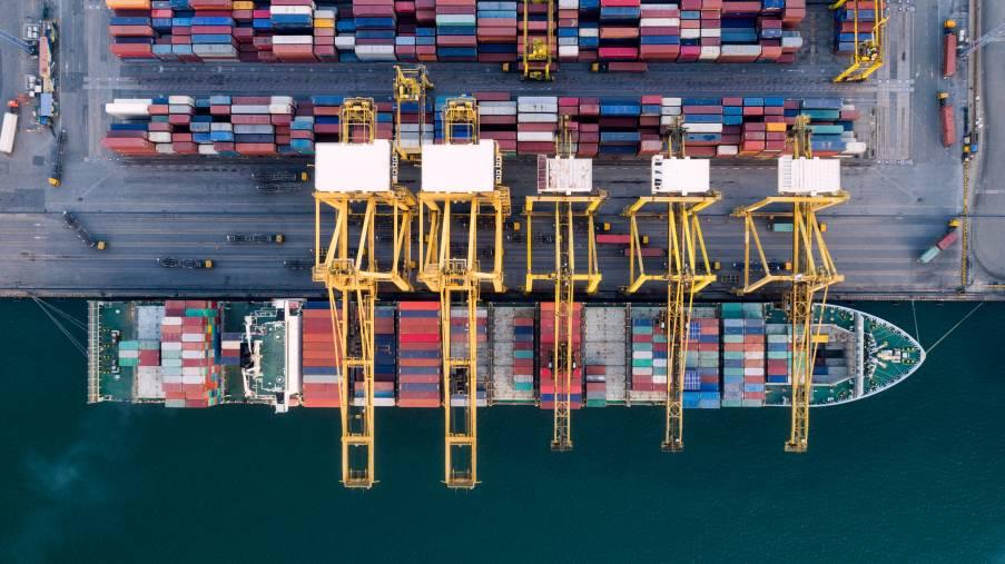 Bateau porte containers à quai d'un port logistique