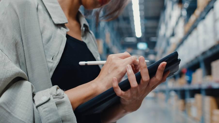 Employée Otopia réalisant un inventaire sur tablette numérique dans un entrepôt