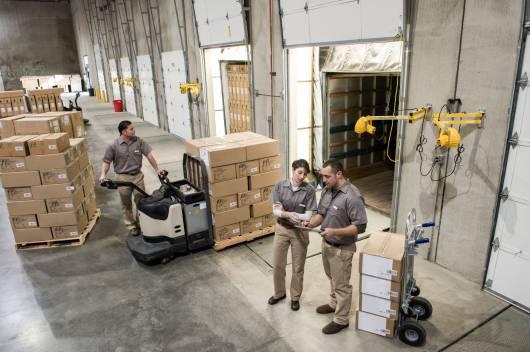 Equipe logistique d'Octopia dans un entrepôt Cdiscount