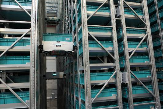 Robot Skypod sélectionnant des produits dans les entrepôts Octopia Fulfillment