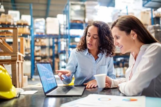 Expertes e-commerce d'Octopia dans un entrepôt