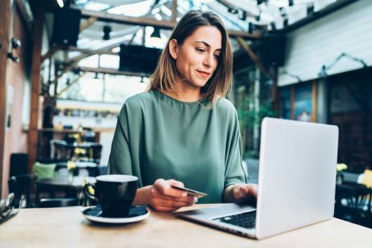 Jeune femme faisant du shopping en ligne sur des marketplaces