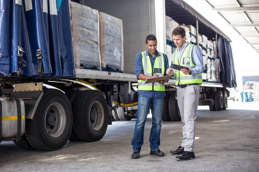 Récupération d'une cargaison par des professionnels du transport et de la logistique